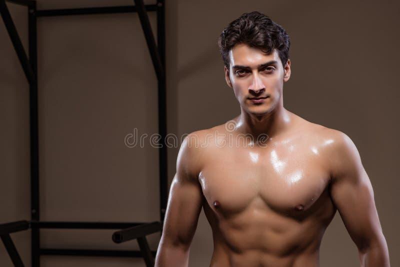 Download L'uomo Muscolare Strappato In Palestra Che Fa Gli Sport Immagine Stock - Immagine di bodybuilding, sano: 117976371