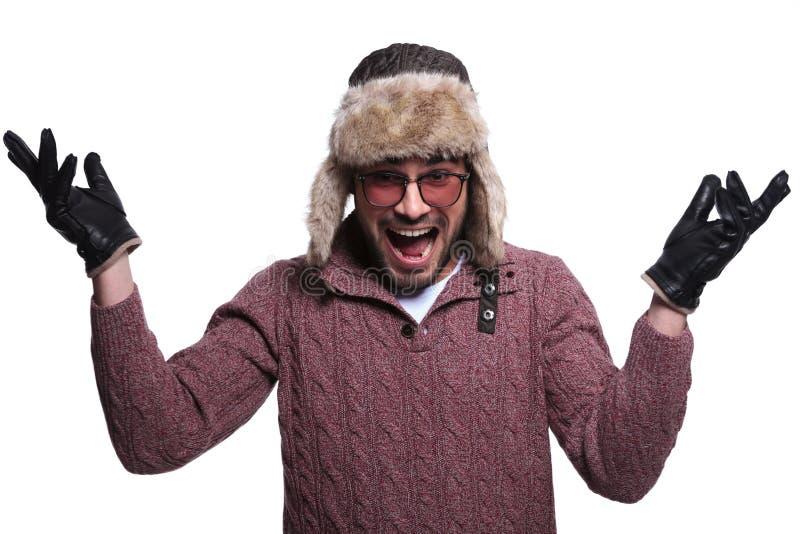 L'uomo nel cappello di pelliccia e nel clother dell'inverno molto sta sorprendendo e Sc fotografia stock