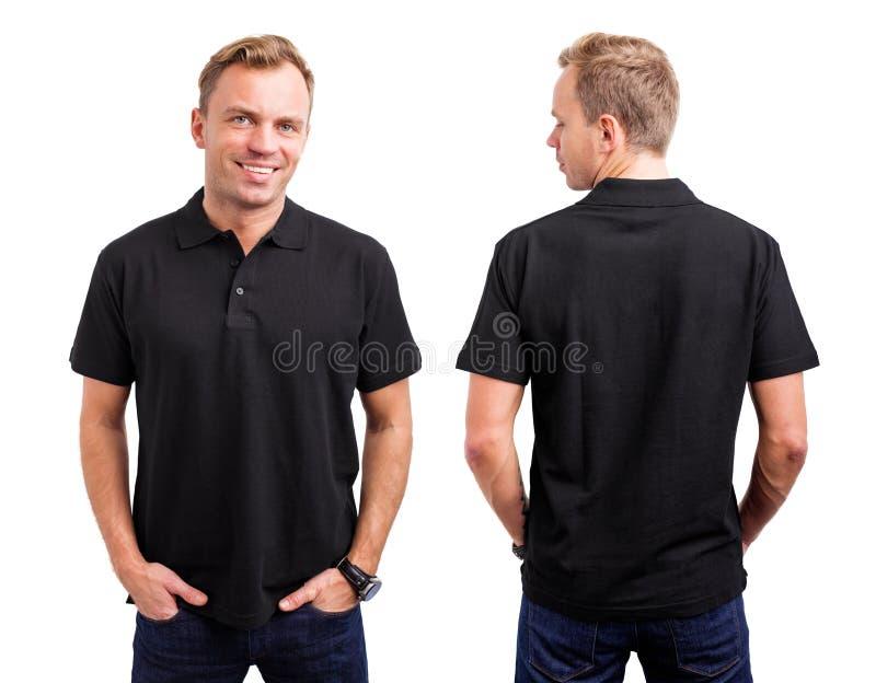 L'uomo nel nero abbottona la camicia immagini stock