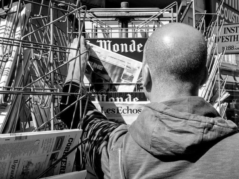 L'uomo nero di etnia compra la cerimonia p di consegna di segnalazione del giornale immagini stock