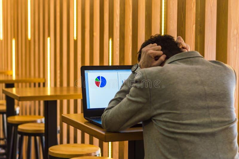 L'uomo non è soddisfatto con il rapporto fotografia stock libera da diritti
