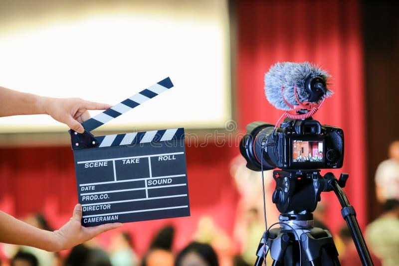L'uomo passa la valvola di film della tenuta Concetto del regista moto del fermo di immagine del mirino di manifestazione della m fotografia stock
