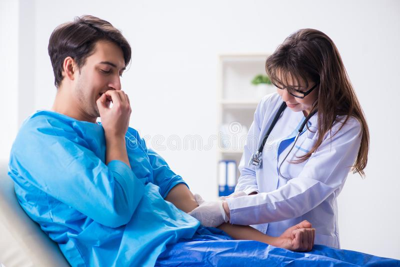 Download L'uomo Paziente Spaventato Che Si Prepara Per L'iniezione Antinfluenzale Fotografia Stock - Immagine di medicina, medico: 117977100