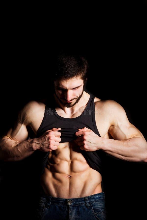L'uomo perfetto mostra il suo ABS di addominali scolpiti Torso muscolare e sexy di giovane maschio Grosso pezzo con la camicia at immagini stock