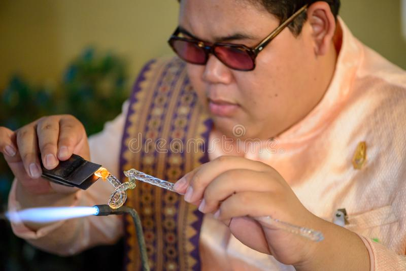 L'uomo piega il vetro fuso, Bangkok, Tailandia fotografia stock