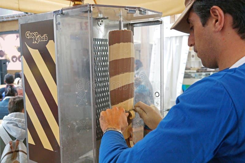 L'uomo porta il kebab di cioccolato nella dimostrazione pubblica nel quadrato immagine stock
