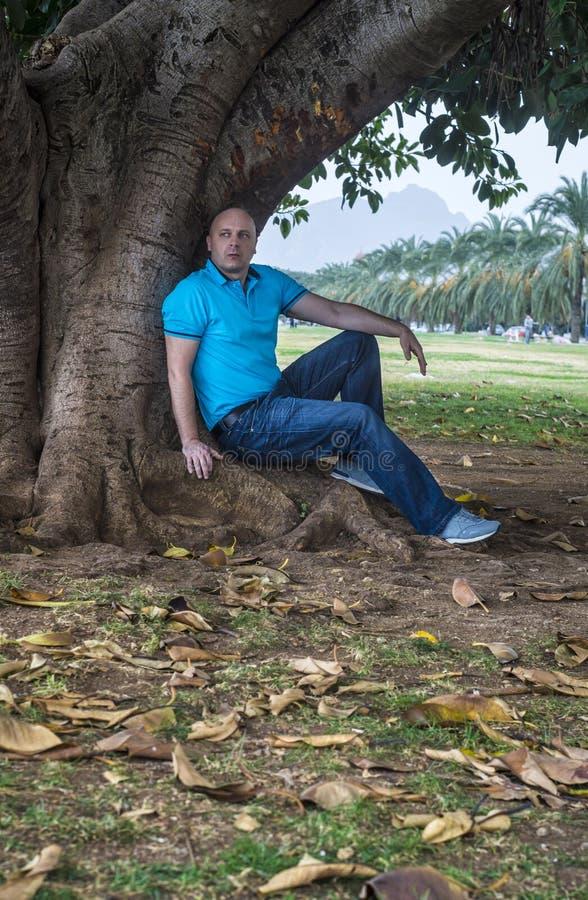 L'uomo posa fuori nel parco fotografia stock libera da diritti