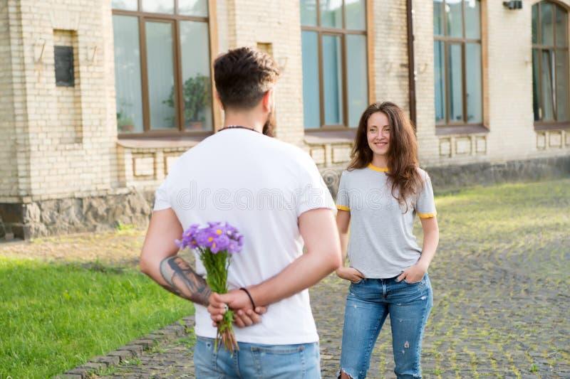 L'uomo prende la cura circa felicità dell'amica Le coppie si incontrano per la data Fuoco selettivo Coppie nell'amore Regalo per  fotografia stock libera da diritti