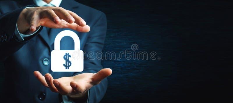 L'uomo protegge la serratura del dollaro Protegga i vostri soldi fotografia stock