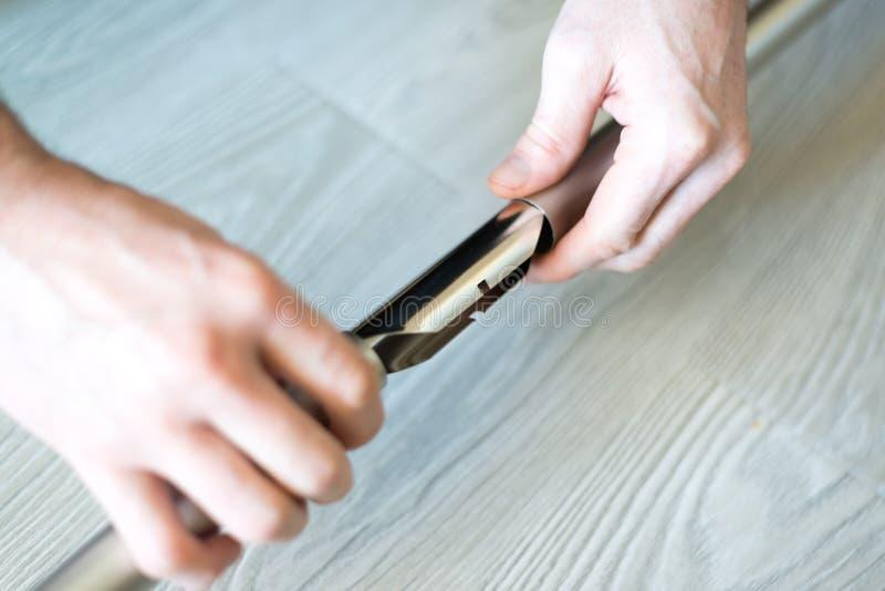 l'uomo riunisce i cornicioni del metallo Fine in su fotografie stock libere da diritti