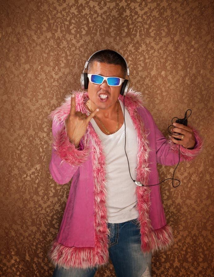 L'uomo in rivestimento dentellare ascolta musica fotografie stock