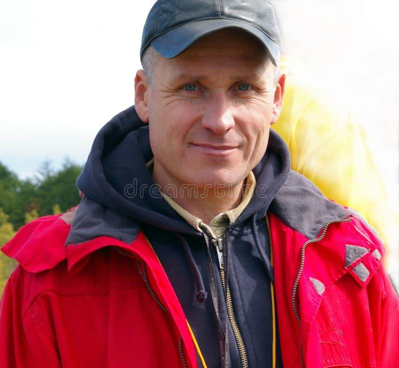 L'uomo in rivestimento rosso. fotografia stock