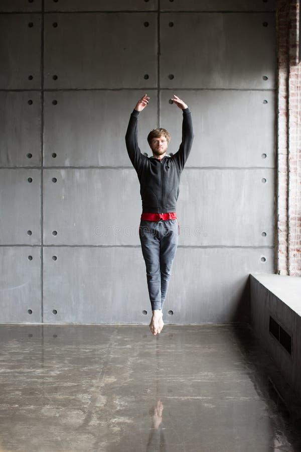 L'uomo salta nel balletto fotografia stock