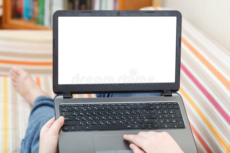 L'uomo scrive sul computer portatile con lo schermo tagliato fotografia stock