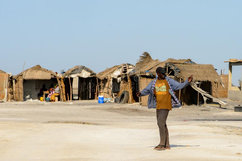 L'uomo senegalese non identificato guarda intorno sulla costa salata di fotografia stock libera da diritti