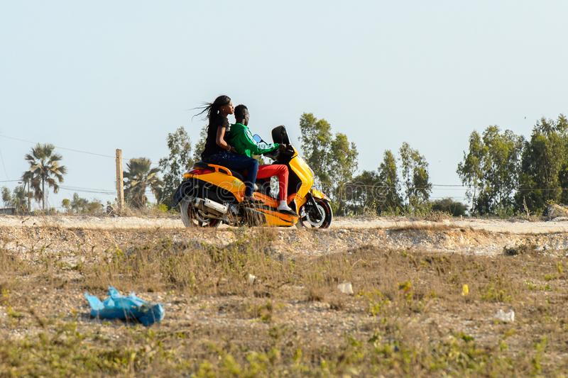 L'uomo senegalese non identificato guida un motociclo sul coa salato fotografie stock