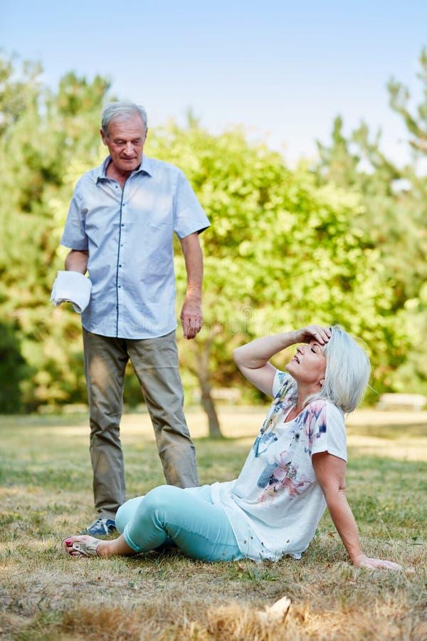 L'uomo senior aiuta la donna malata immagini stock