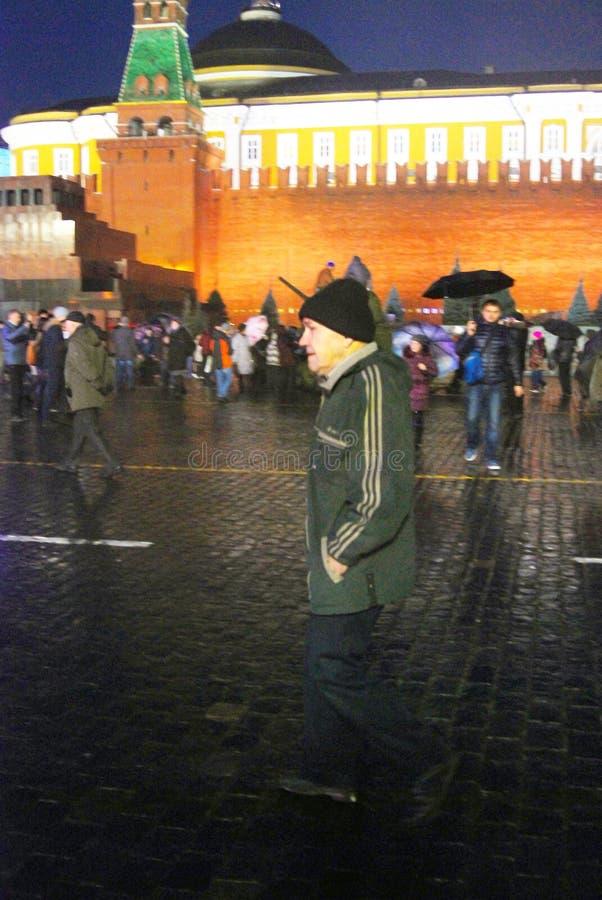 L'uomo senior cammina sul quadrato rosso a Mosca fotografia stock