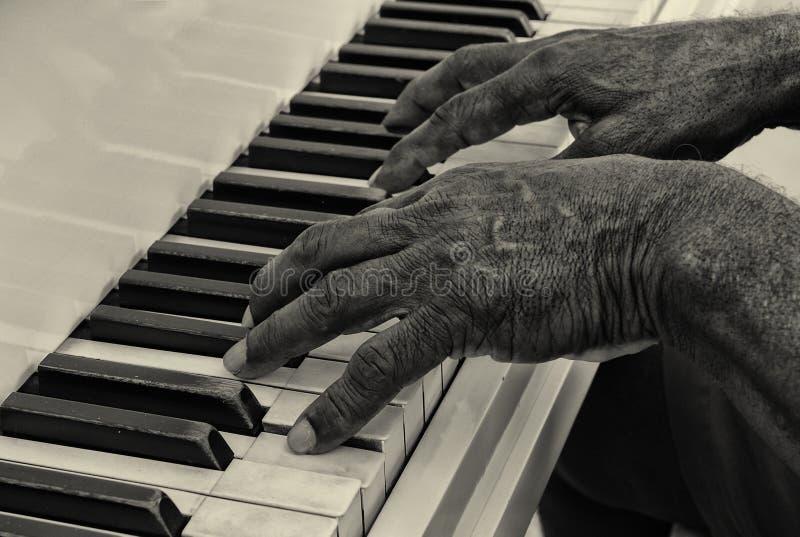 L'uomo senior gioca il piano fotografie stock libere da diritti