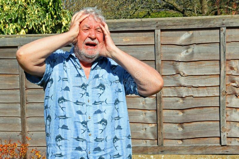 L'uomo senior non può crederlo exasperated immagini stock