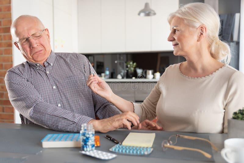 L'uomo senior non vuole prendere la medicina immagine stock