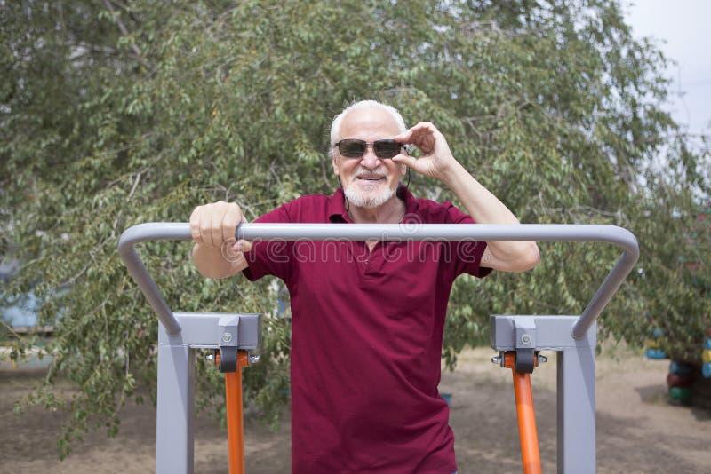 L'uomo senior si prepara su attrezzatura di sport su aria aperta fotografia stock libera da diritti