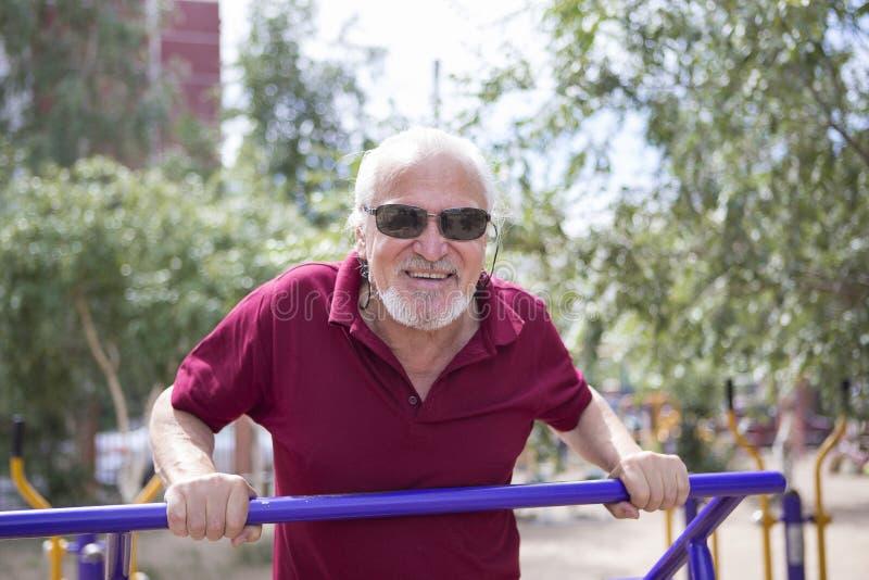 L'uomo senior si prepara su attrezzatura di sport su aria aperta fotografie stock