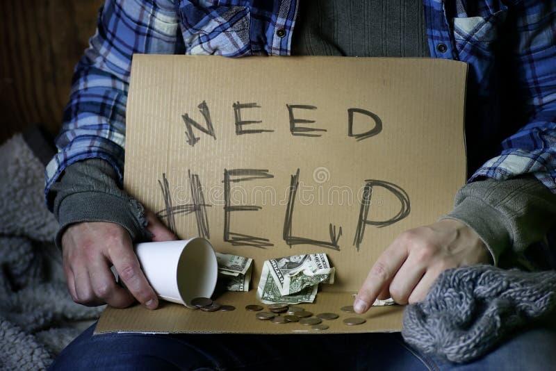 L'uomo senza tetto chiede l'aiuto fotografia stock libera da diritti