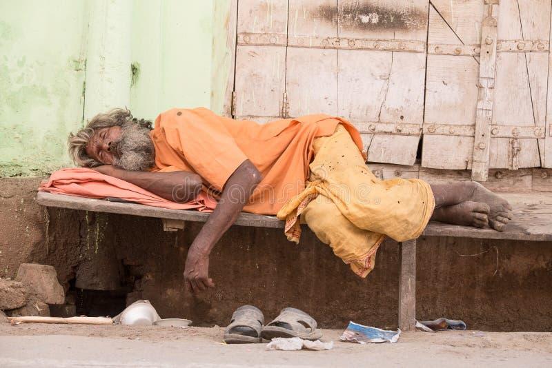 Download L'uomo Senza Tetto Indiano Dorme Vicino Al Ghat Lungo Il Lago Sacro Sarovar Fotografia Editoriale - Immagine di città, povertà: 56883177