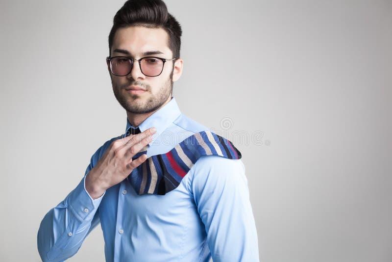 L'uomo sexy ha vestito elegante con il legame del calzino di s che sembra serio immagini stock libere da diritti