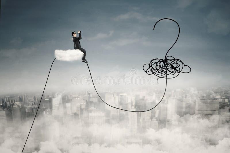 L'uomo si siede sulla nuvola con il punto interrogativo fotografia stock libera da diritti