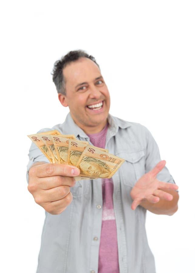 L'uomo sorridente sta presentando un gran numero di soldi Persona calva i fotografie stock