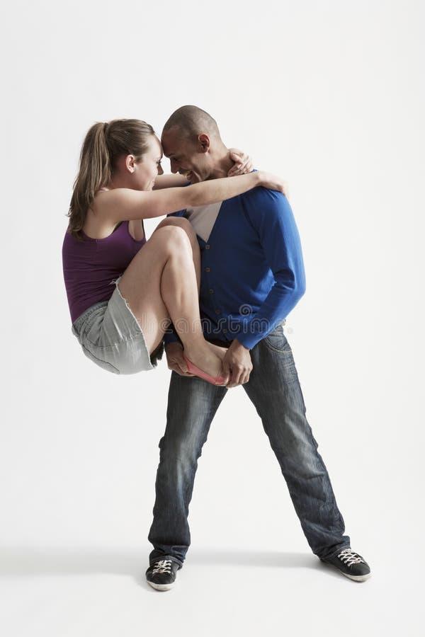 L'uomo sostiene il partner di danza moderna fotografia stock