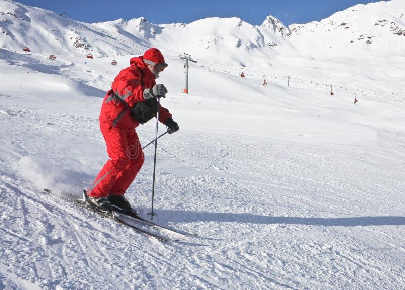 L'uomo sta sciando ad una stazione sciistica fotografie stock libere da diritti