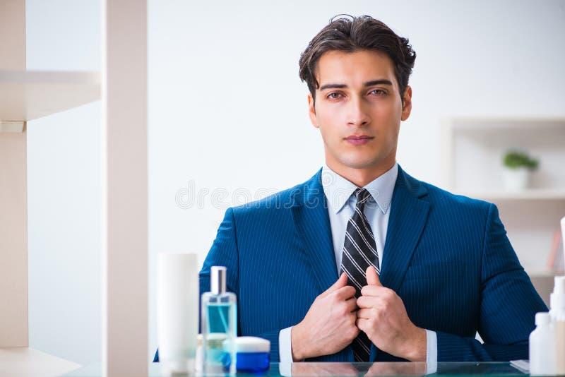 Download L'uomo Sta Vestendosi Bene Per Lavoro In Bagno Fotografia Stock - Immagine di registrazione, rivestimento: 117975392