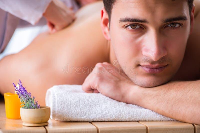 Download L'uomo In Stazione Termale Che Gode Del Suo Tempo Immagine Stock - Immagine di aromatherapy, bellezza: 117975247
