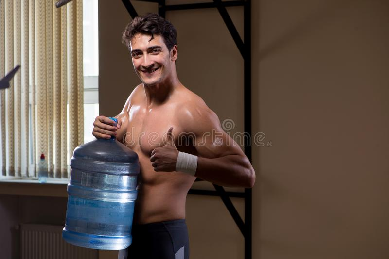 Download L'uomo Strappato Muscolare Con La Grande Bottiglia Di Acqua Immagine Stock - Immagine di bodybuilding, bodybuilder: 117976549