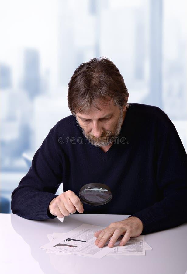 L'uomo studia il rapporto finanziario fotografia stock