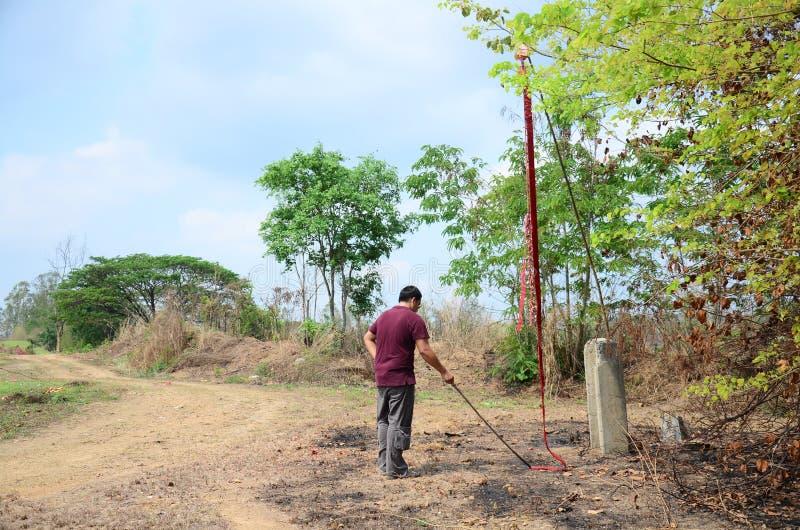 L'uomo tailandese prepara i punti dei petardi nel festival di Qingming immagini stock libere da diritti