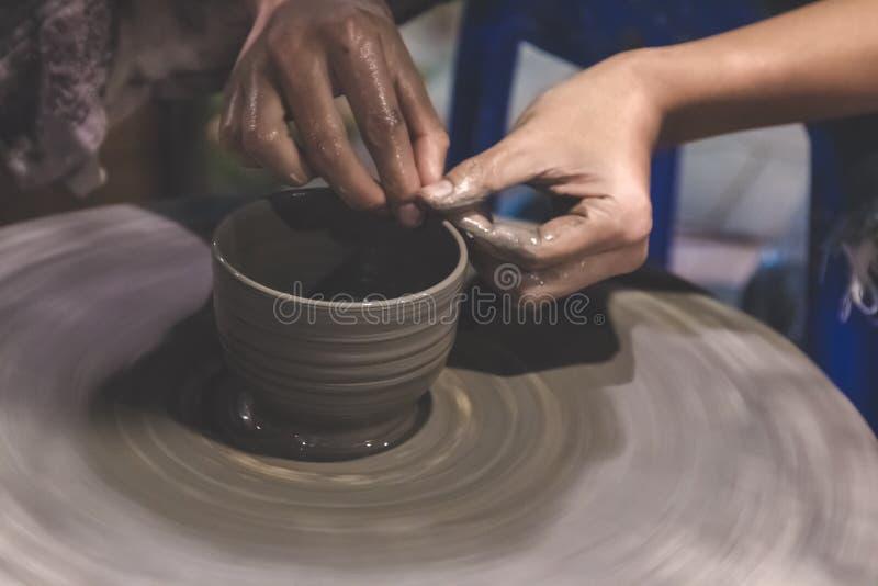 L'uomo tailandese professionale fa la tazza, terraglie immagini stock libere da diritti