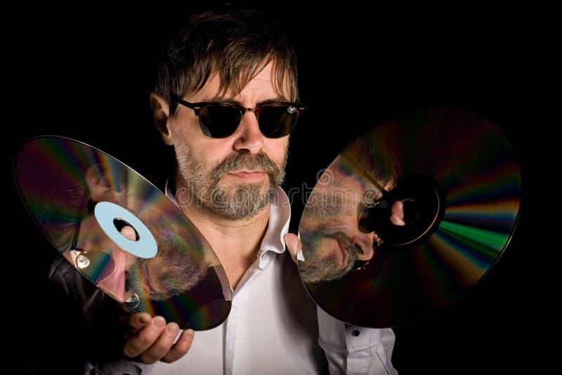 L'uomo tiene dischi a laser i retro fotografia stock