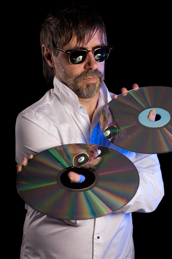 L'uomo tiene dischi a laser i retro immagine stock
