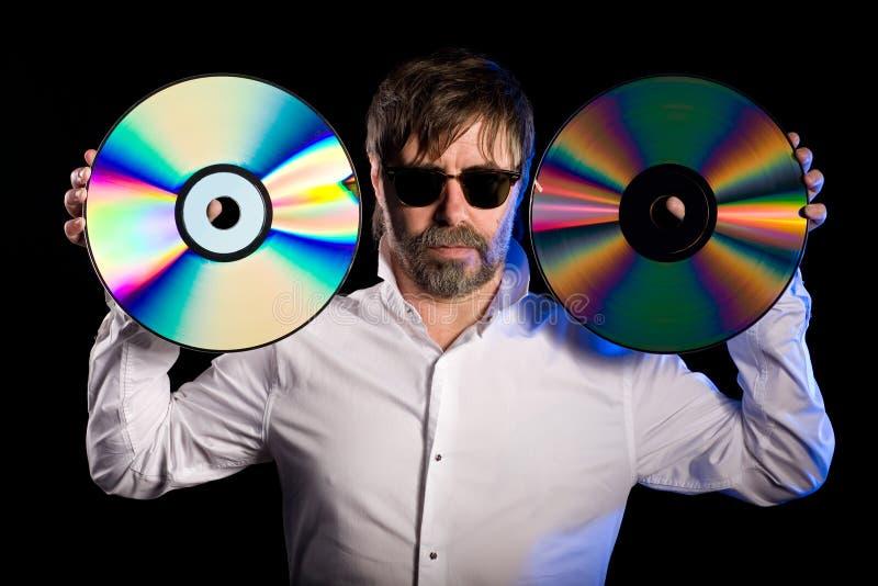 L'uomo tiene dischi a laser i retro immagini stock libere da diritti