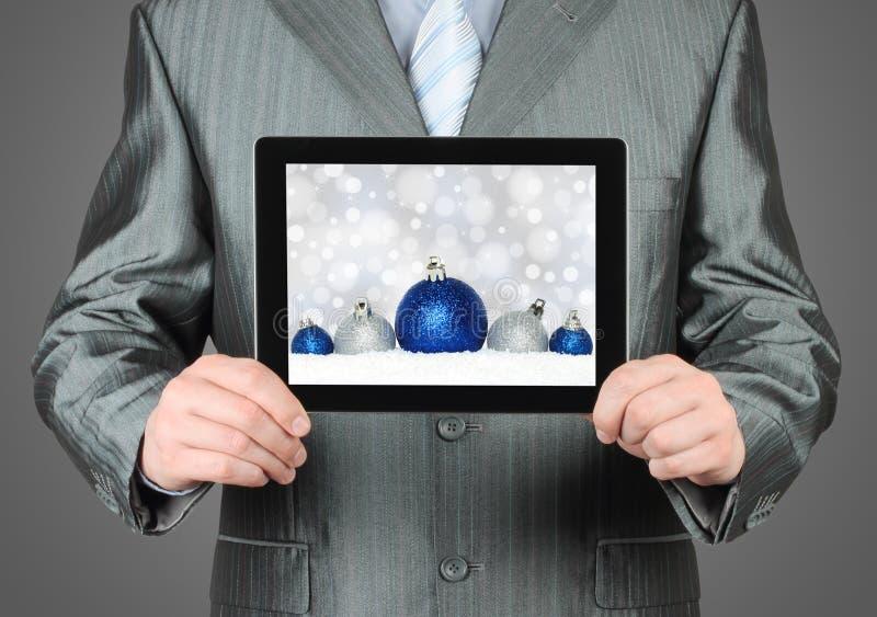 L'uomo tiene il PC della compressa con la composizione in Natale fotografia stock libera da diritti