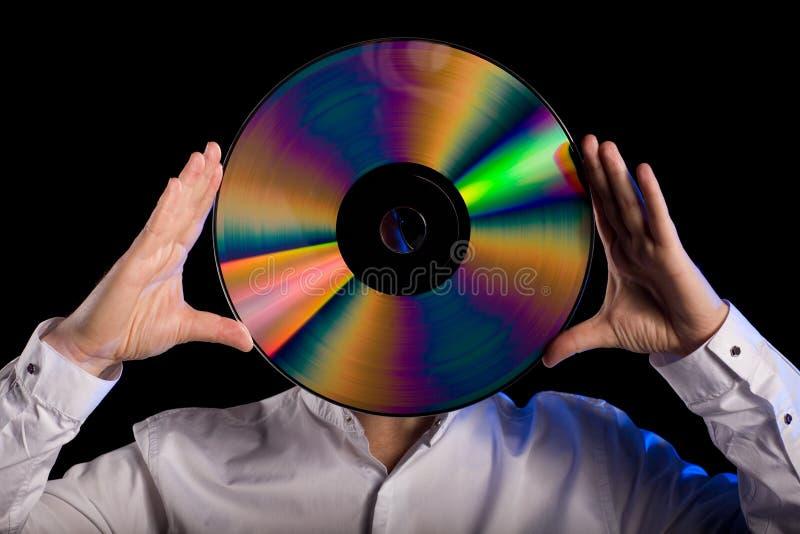 L'uomo tiene il retro disco a laser fotografie stock