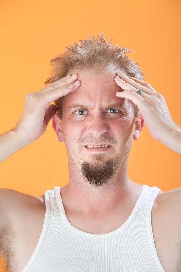 L'uomo tiene la sua testa fotografia stock libera da diritti