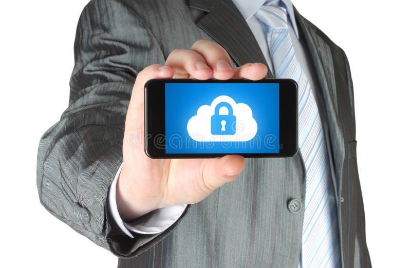 L'uomo tiene lo Smart Phone con il concetto di sicurezza della nuvola fotografie stock libere da diritti