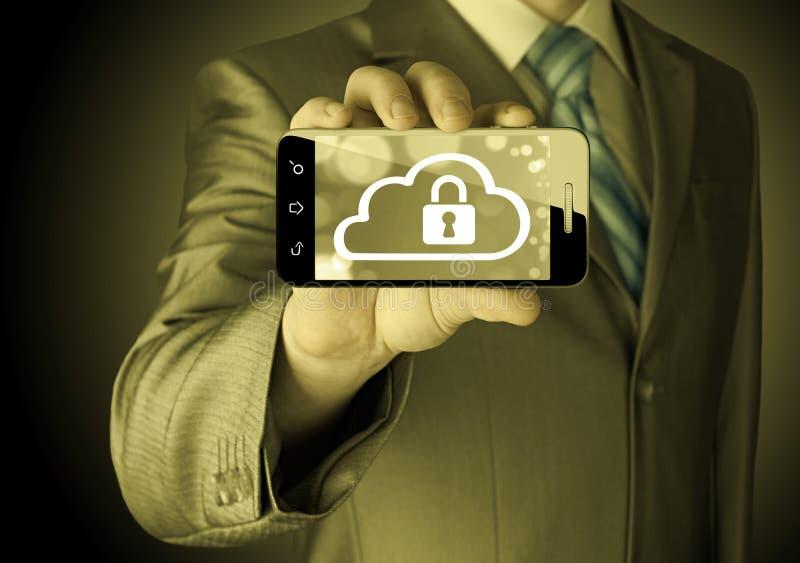 L'uomo tiene lo Smart Phone con il concetto di sicurezza della nuvola immagini stock libere da diritti