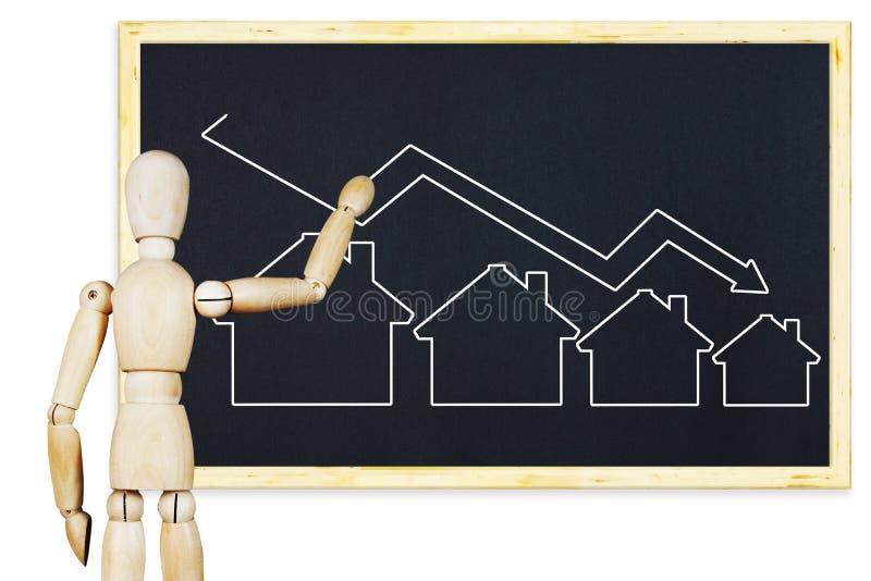 L'uomo traccia un grafico delle vendite di caduta del bene immobile su una lavagna immagine stock