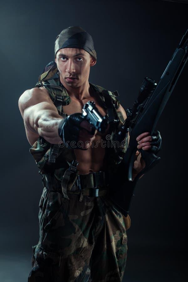 Download L'uomo in uniformi cachi immagine stock. Immagine di paintball - 55361825